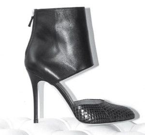 ابداع پای پوش ( کفش ها ) یکی از مهمترین اختراعات بشری است.این کفش چرم؛ حفاظی برای مقابله با گزند یا ابزاری برای زیبایی - صنعت پاشنه